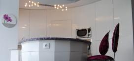 Cuisine laquée, aménagement et accès dans cloison courbe. Conception et réalisation, Atelier de l'Ébène