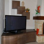 Aménagement tv, comprenant un stockage de bois pour la cheminée. Conception et réalisation, Atelier de l'Ébène